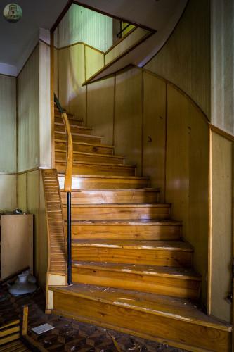 Schody na piętro ośrodka