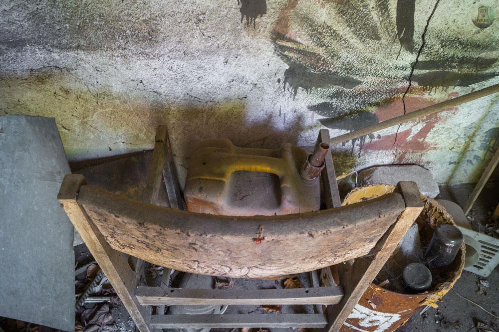 Krzesło i kanister w warsztacie
