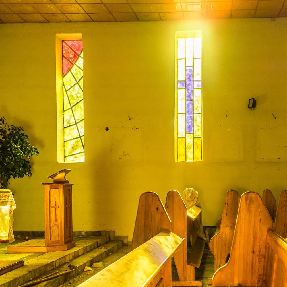 Witraże wpuszczające światło do kaplicy